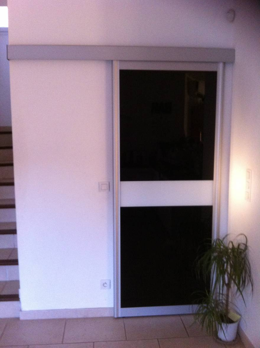Porte s paration en verre laqu blanc et noir rangement for Porte placard verre laque