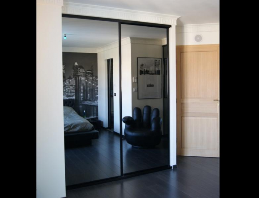 porte coulissante en miroir gris avec profils noirs. Black Bedroom Furniture Sets. Home Design Ideas