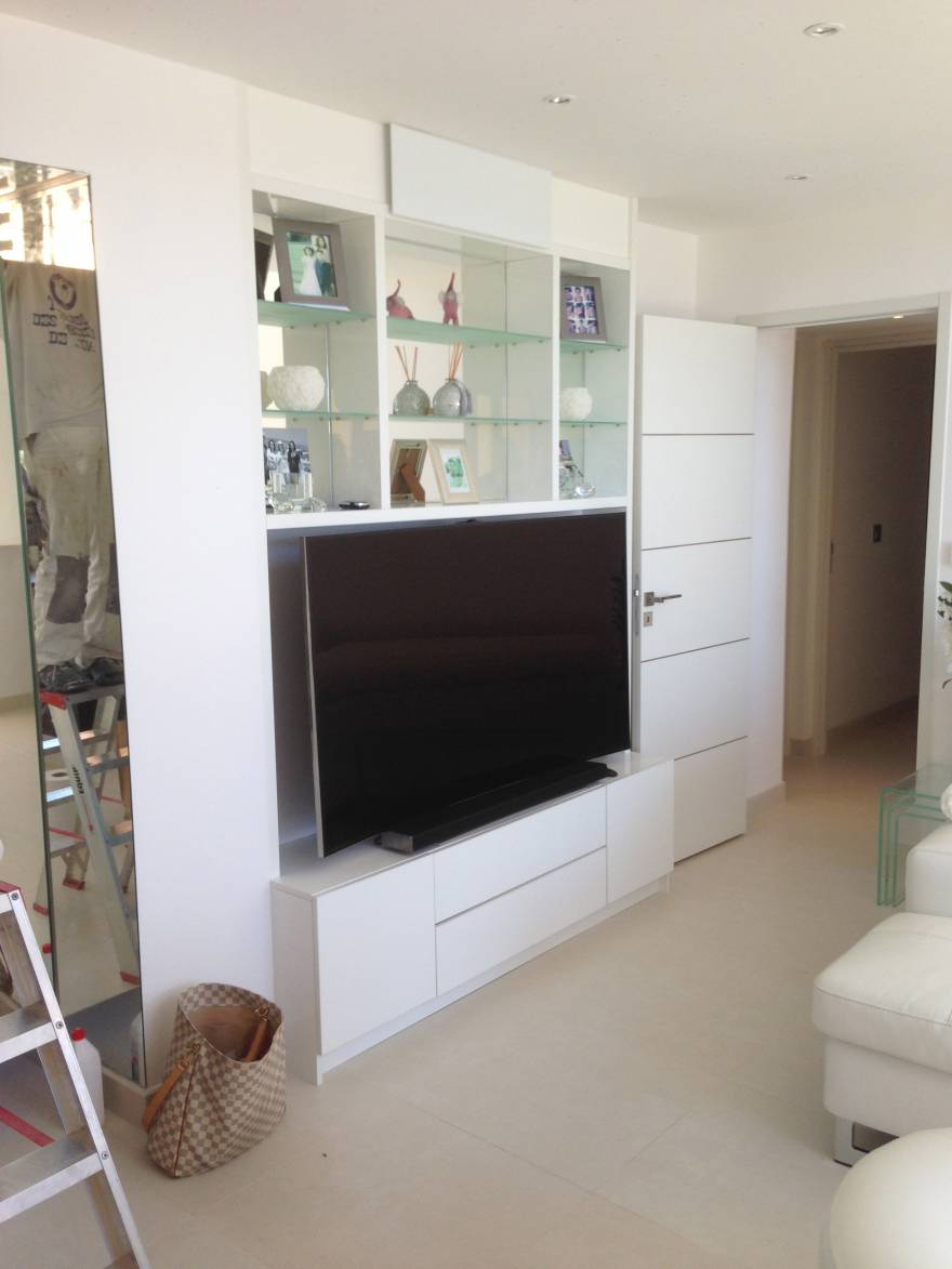 meuble tv laqu blanc avec fonds en miroirs et tag res en. Black Bedroom Furniture Sets. Home Design Ideas