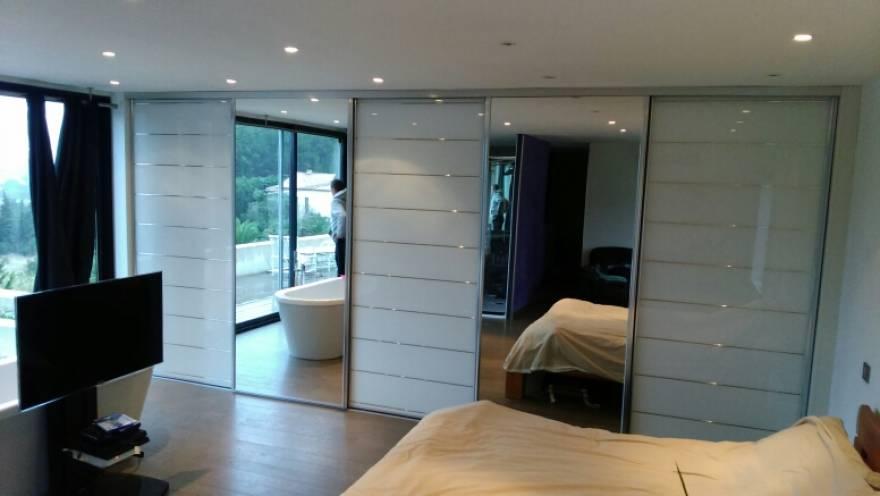 Facade en verre laque extra blanc strie argent et miroir for Porte de garage coulissante et porte interieur blanc laqué