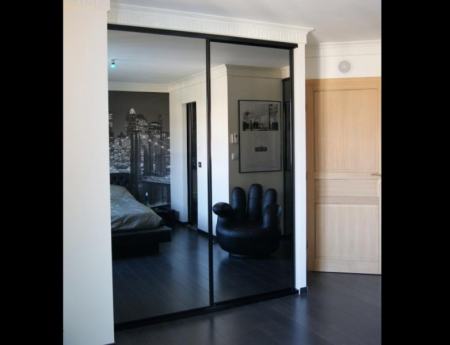 porte coulissante en miroir gris avec profils noirs vente de placards et dressing sur mesure. Black Bedroom Furniture Sets. Home Design Ideas